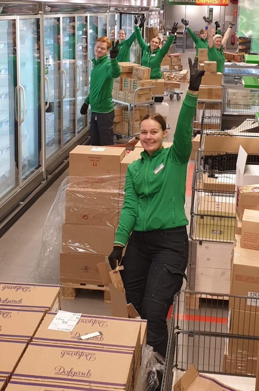 Butikspersonal som packar upp lådor