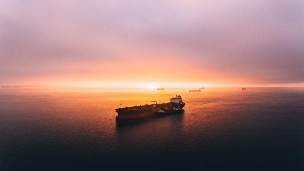 fraktfartyg i solnedgång